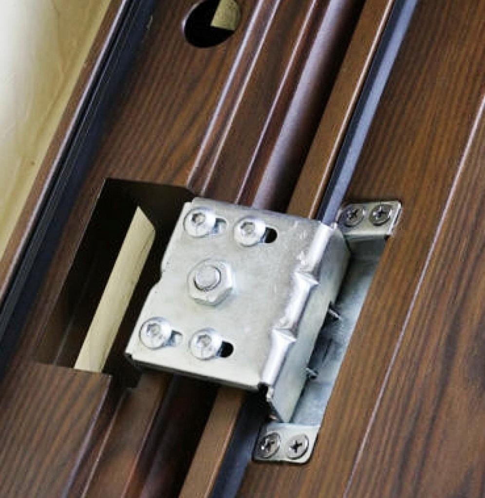 Скрытые петли с регулировкой на входной металлической двери Броня К 550