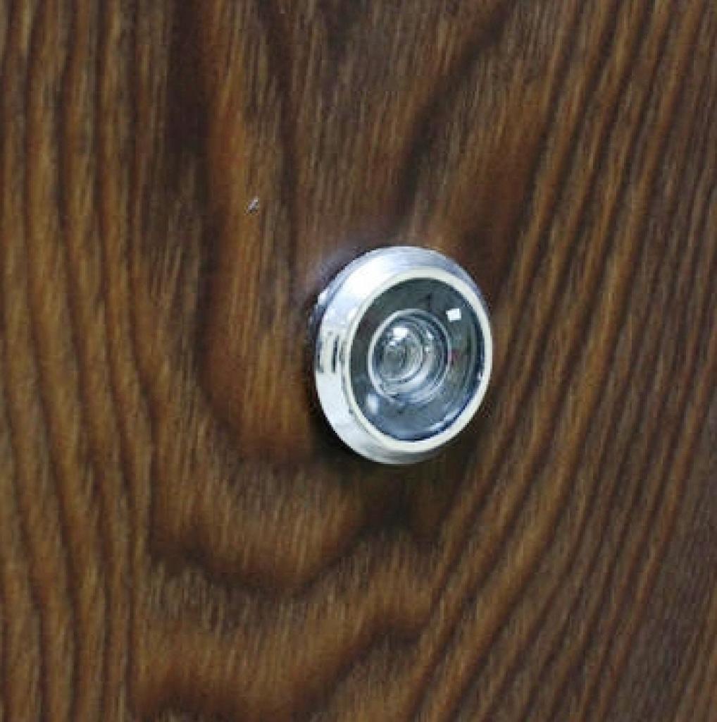 Глазок с широким углом обзора на входной металлической двери Броня К 550
