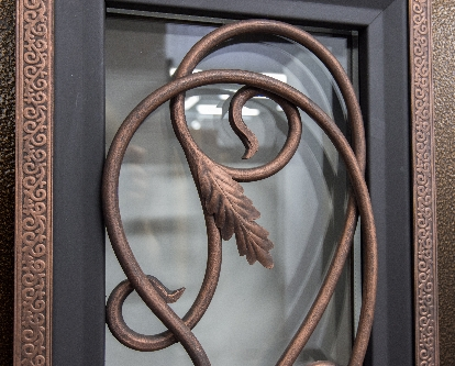 Кованые элементы на входной двери Гранит Коттедж