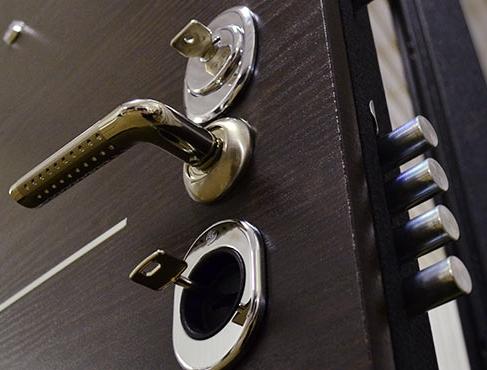 Ручка и замки на входной двери Гранит Т5