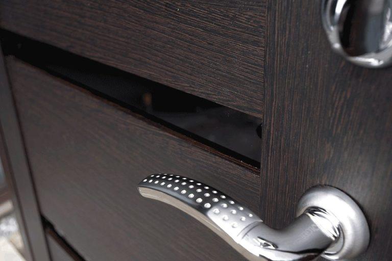 Дверная ручка и внутренняя отделка Венге на входной двери Булат Муар Царга