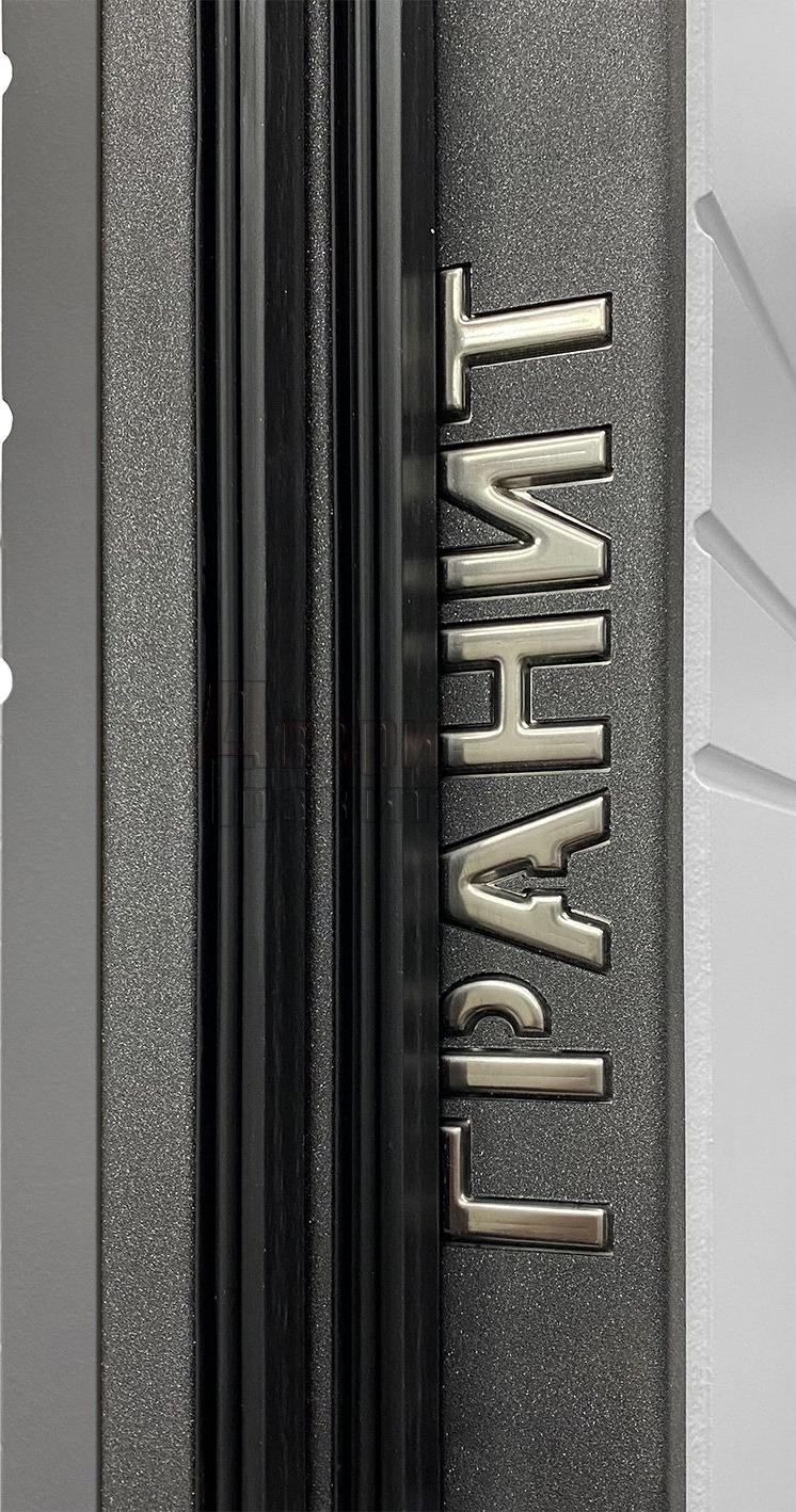 Логотип производителя на входной двери Гранит С9