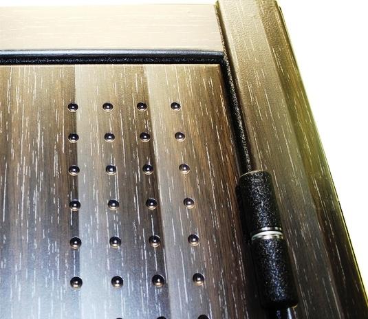 Наружная отделка и петли на входной двери Футура Хай Тек Люкс