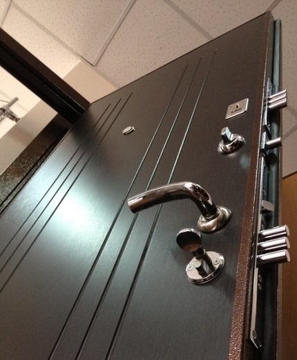 Замки и задвижка на входной двери Гранит М2 люкс