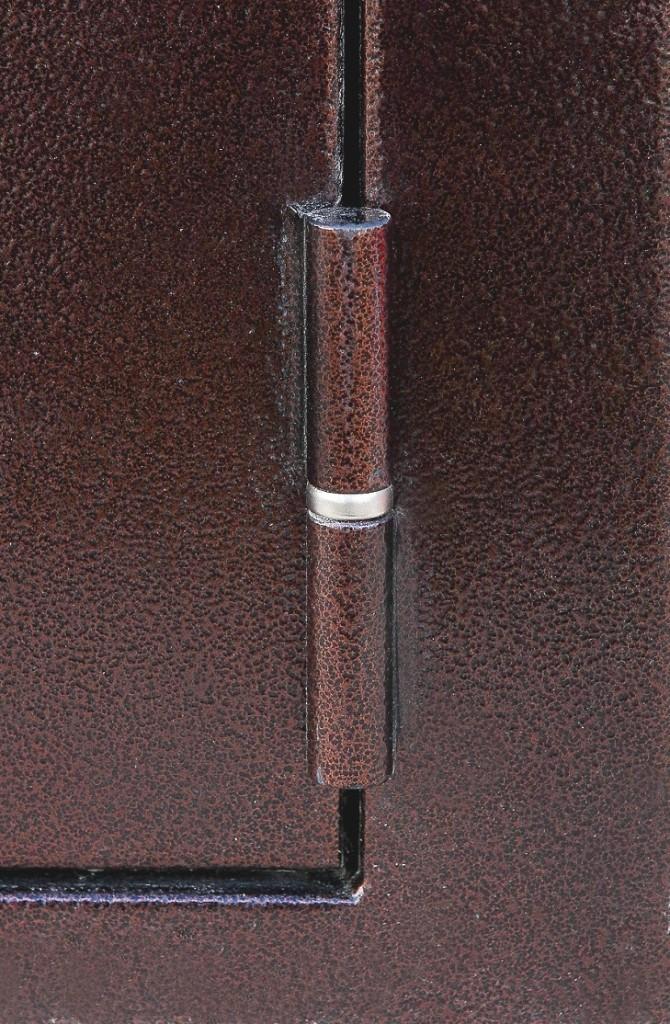 Нижняя петля на входной металлической двери Зенит-Дача
